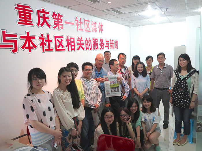 The staff of fledgling community newspaper, plus a foreign visitor. (Photo courtesy of the Da-shi-hua News)
