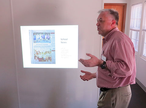 Founding Editor-Publisher Bill Moss of the Hendersonville Lightning, team-teaching during our workshop on May 13. (Jock Lauterer photo)