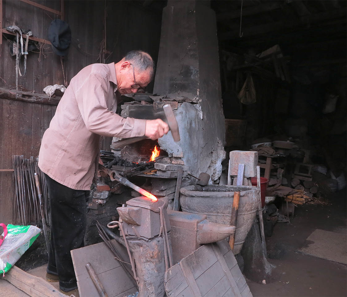 Forge and anvil, hammer and tongs, the old blacksmith appears out of another century. (Jock Lauterer photo)