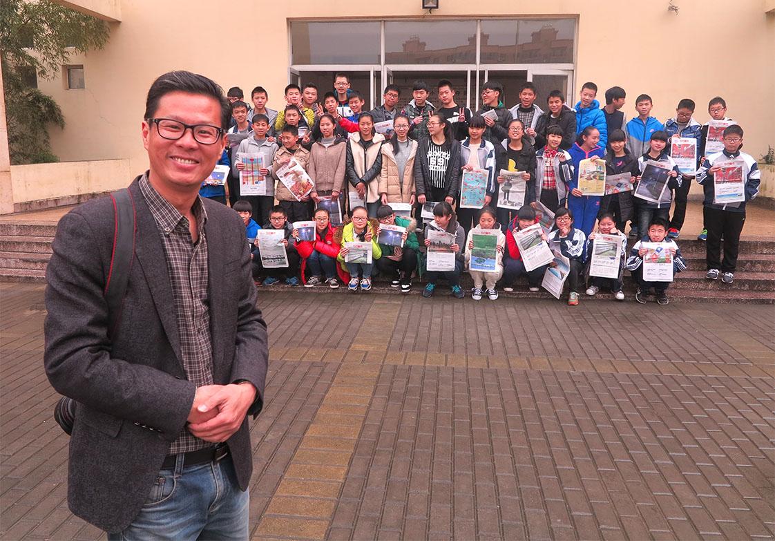 "Middle school teacher Zhu Yin and his class from Liu Shi. The local newspaper has ""enriched my class,"" he says. (Jock Lauterer photos)"