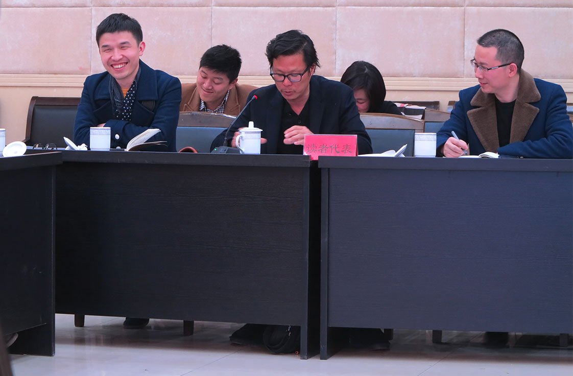 Editor Ying is all smiles as middle school teacher Zhu Yin, center, tells the conference how he has integrated the community newspaper into his class curriculum. (Jock Lauterer photo)