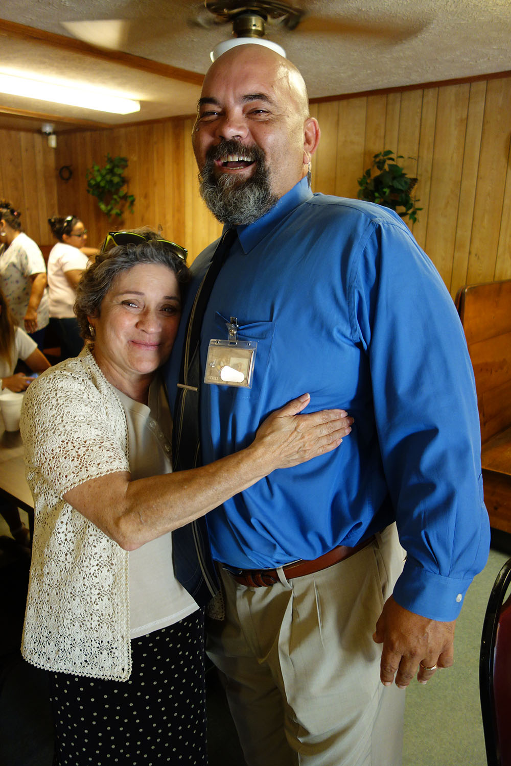 At The Cozy Corner cafe in Prospect, James accepts an affectionate hug from Dr. Cherry Beasley, a long-time friend and admirer. (Jock Lauterer photo)