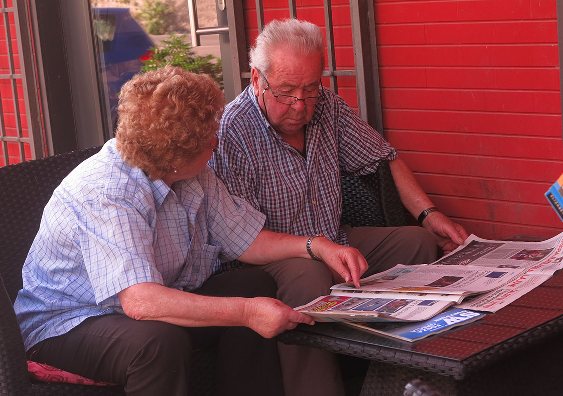 An Italian couple in Montepulciano read the paper together, discussing the day's news. (Jock Lauterer photo)